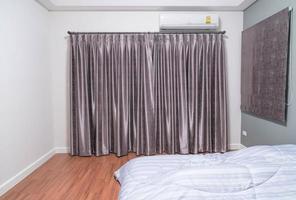 habitación vacía con ventana y cortinas foto