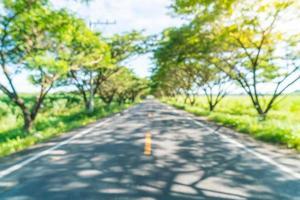Desenfoque abstracto carretera de asfalto en el bosque: mejore el estilo de procesamiento de color con efecto de llamarada foto