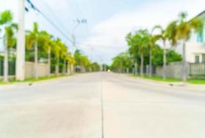 Imagen borrosa abstracta de la carretera con casa en el pueblo foto