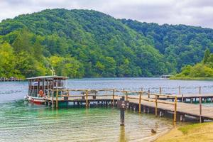 viaje en bote eléctrico a través del lago kocjak, parque nacional de los lagos de plitvice. foto