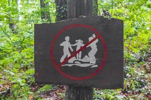 señales de prohibición en el bosque parque nacional de los lagos de plitvice croacia. foto