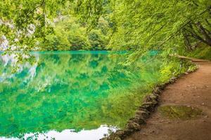 Parque nacional de los lagos de plitvice paisaje agua turquesa en croacia. foto