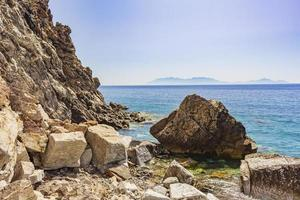 Big Rock en paisajes costeros naturales en la isla de Kos en Grecia. foto