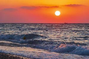 la puesta de sol colorida más hermosa en la playa de ialysos rodas grecia. foto