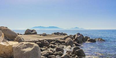 Paisajes naturales en la isla de Kos, Grecia, montañas, acantilados, rocas. foto