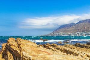 áspero paisaje costero en False Bay, Ciudad del Cabo, Sudáfrica foto