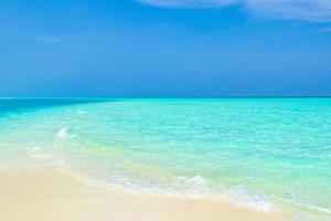 el océano índico en madivaru y finolhu en el atolón rasdhoo, maldivas foto