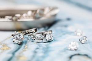cerca del anillo de diamantes de compromiso. concepto de amor y boda. foto