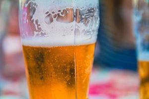 Primer plano de un vaso de cerveza en un restaurante foto
