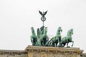 Estatua de la cuadriga en la puerta de Brandenburgo en Berlín. foto