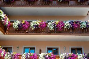 Balcón de flores tradicional en los Alpes, Austria. foto