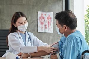 médico comprueba la salud del hombre discapacitado. foto
