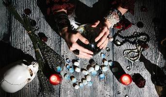 Manos de adivino con runas de piedra, predicción del futuro. foto