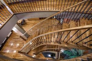 casa canadiense de lujo con pisos de madera dura y escaleras foto