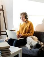 mujer estudiando en línea usando laptop foto