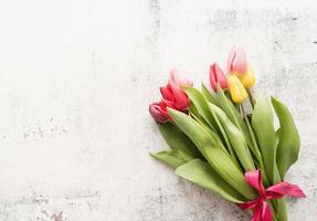 Ramo de tulipanes de primavera sobre fondo blanco. foto