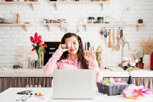 mujer saludando a sus amigos en línea, celebrando la pascua foto