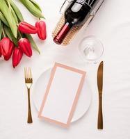 simulacro de marco de menú en restaurante o cafetería. vista superior de la mesa foto