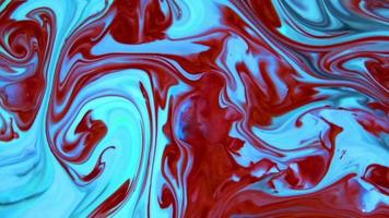 rode en blauwe chaos inkt verspreid in vloeibare turbulentie beweging video