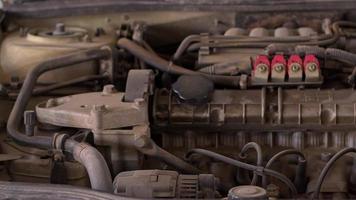 peças do motor de um carro velho na oficina video