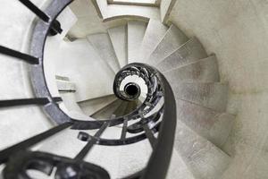 viejas escaleras de caracol foto