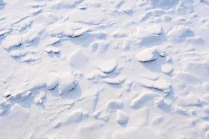 Patrón de nieve con textura blanca limpia en un día frío de invierno foto