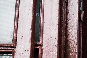 Puertas de madera de color marrón con ventanas ordenadas en una pila para su reciclaje foto