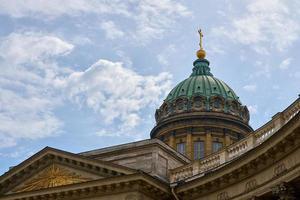 la cúpula de la catedral de kazán con un cielo nublado de fondo. foto