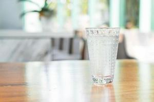 vaso de agua sobre la mesa foto