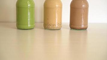matcha groene thee, chocolade en melkthee in glazen flessen video