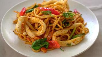 Stir-fried spaghetti with salted egg and squid - fusion food style video