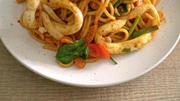 espaguetis salteados con huevo salado y calamares - estilo de comida fusión video
