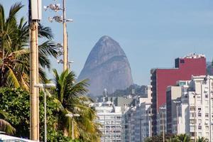 Colina de dos hermanos visto desde el malecón de la playa de Leme en Río de Janeiro, Brasil foto