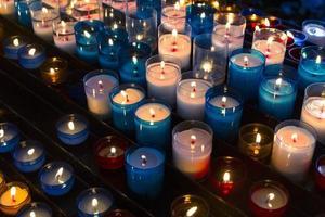 velas de colores utilizadas en la iglesia foto