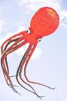 cometa voladora con forma de pulpo rojo foto