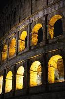 coliseo de roma en la noche foto