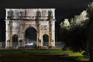 arco de trajano de roma fotografiado de noche foto