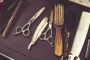 navaja, tijeras y peines profesionales foto