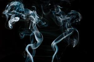 Hermoso humo blanco sobre fondo negro, desenfoque de movimiento foto