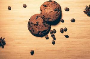 Galletas redondas de chocolate con anís y granos de café sobre la mesa foto