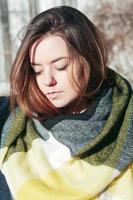 retrato de estilo callejero linda chica en pañuelo amarillo brillante foto