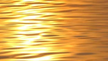 reflet de la lumière du soleil sur l'eau au coucher du soleil. fond naturel. video