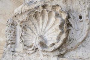 elemento de la pared de una catedral católica en forma de concha foto
