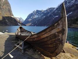 barco vikingo en sognefjord foto