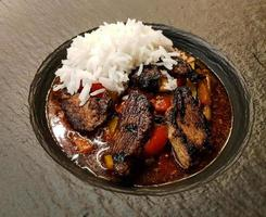 Arroz al curry asiático fresco tradicional con ternera de pato foto