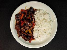 Arroz al curry asiático fresco tradicional con carne foto