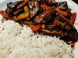 curry asiático fresco tradicional con carne foto