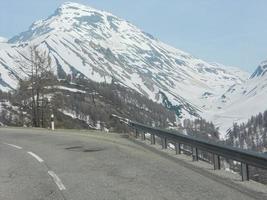 paisaje nevado de las montañas valtellina foto
