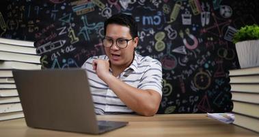 joven enseñando en línea por webcam video
