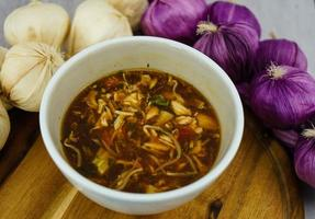 sopa de verduras asiática fresca tradicional foto